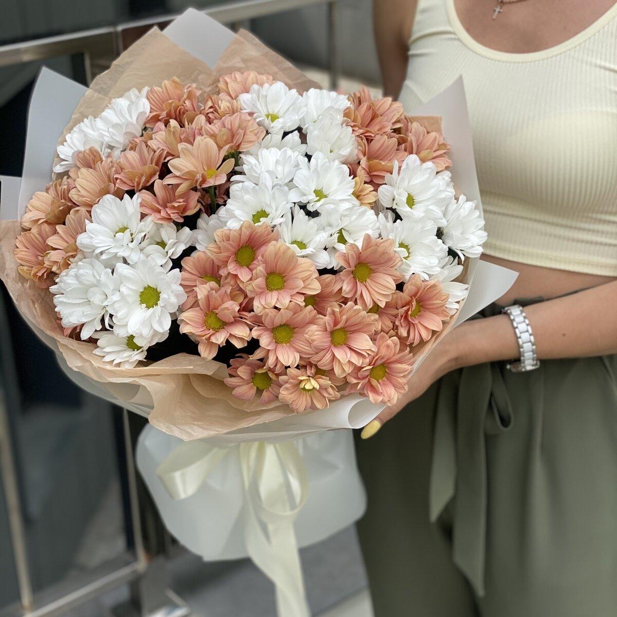 Букет Дуэт из персиковой и белой ромашковой хризантемы