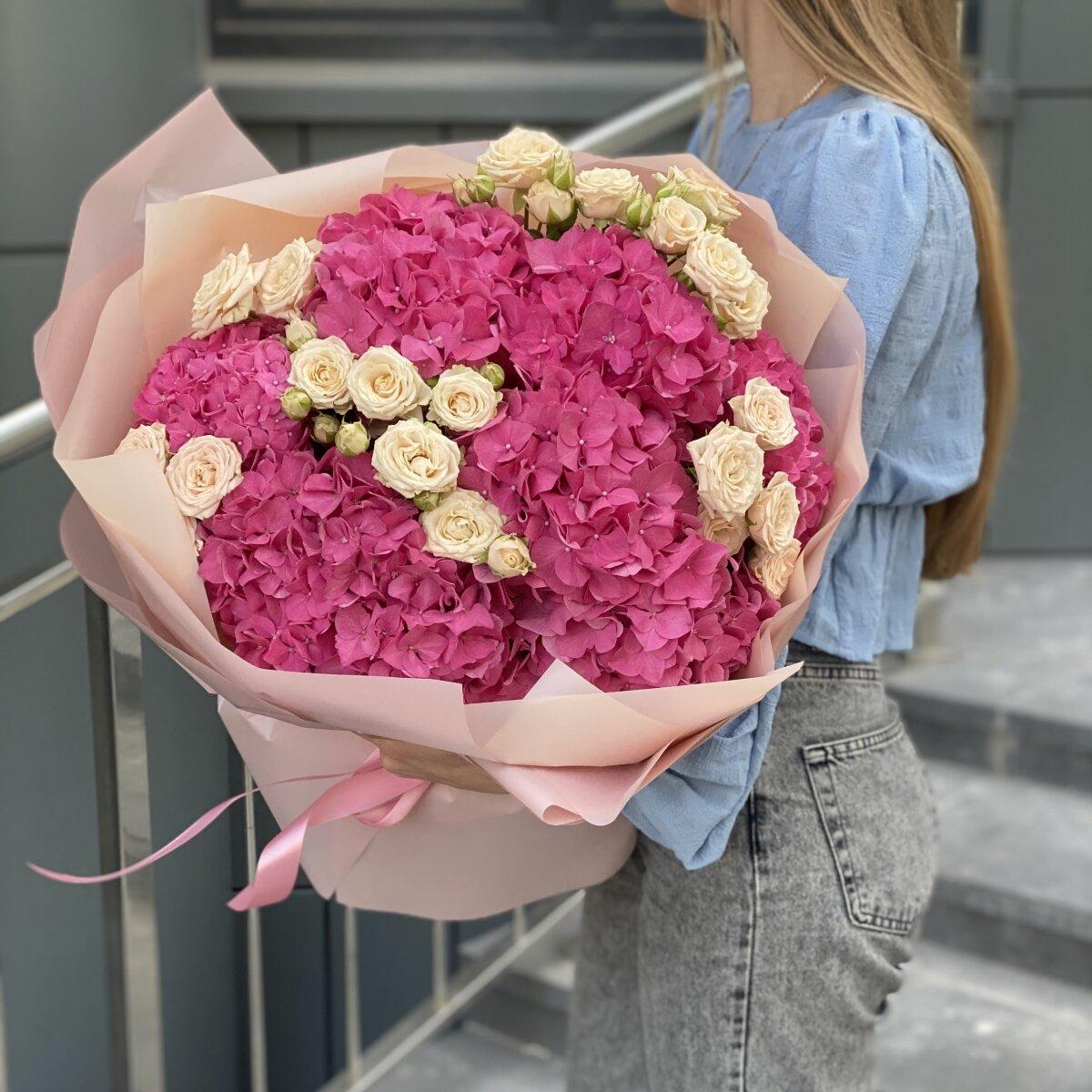 Букет Терпкий аромат из гортензий и кустовых роз
