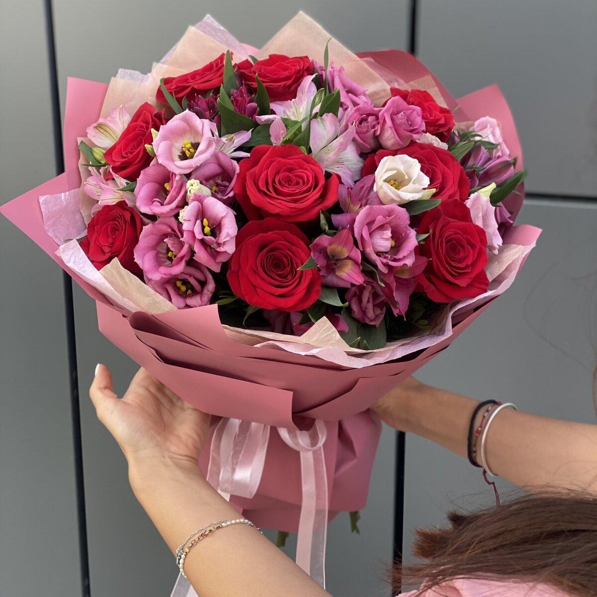 Букет Объятия чувств из роз, альстромерии и эустомы