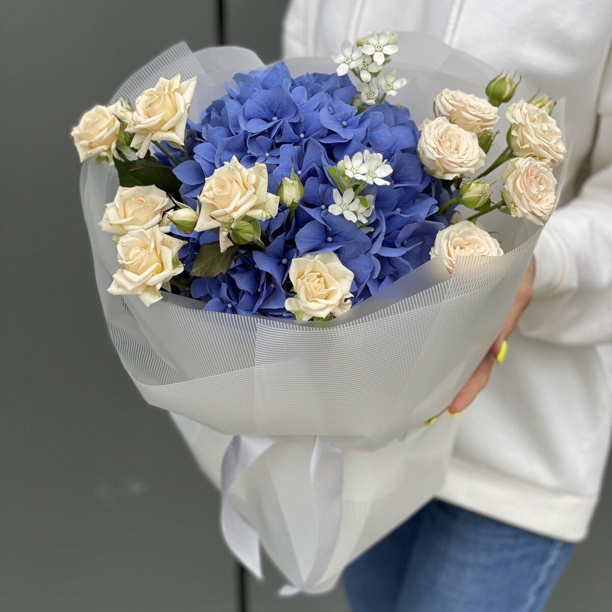 Букет Грезы Мини из гортензии, кустовых роз и оксипеталума
