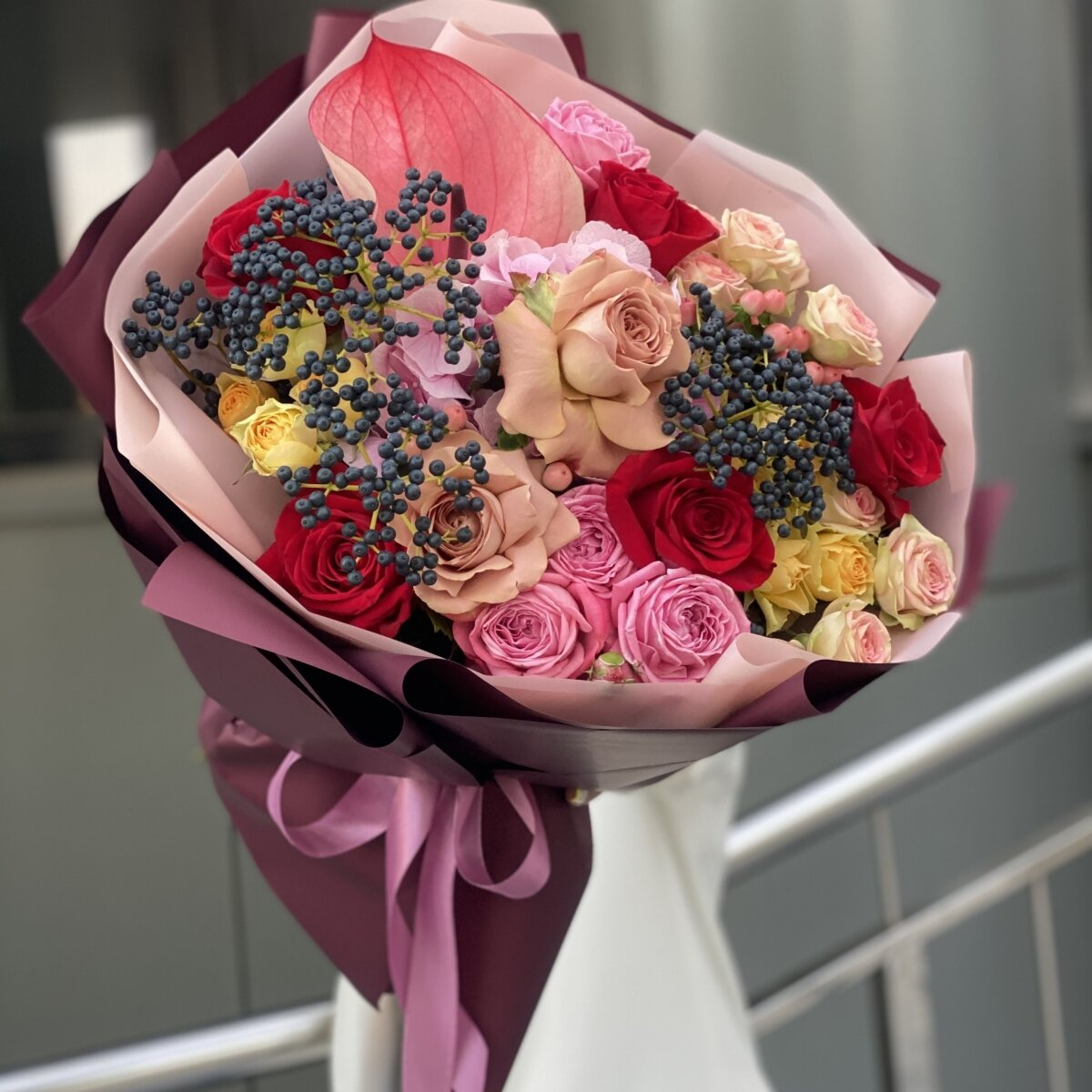 Букет Жаркая осень из антуриума, вибурнума, гортензии и роз