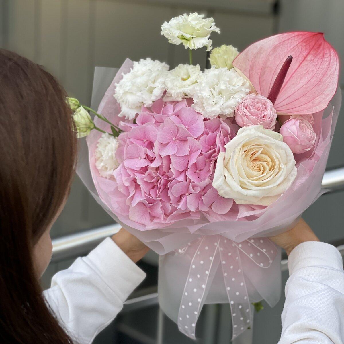 Букет Интрига из антуриума, гортензии и роз