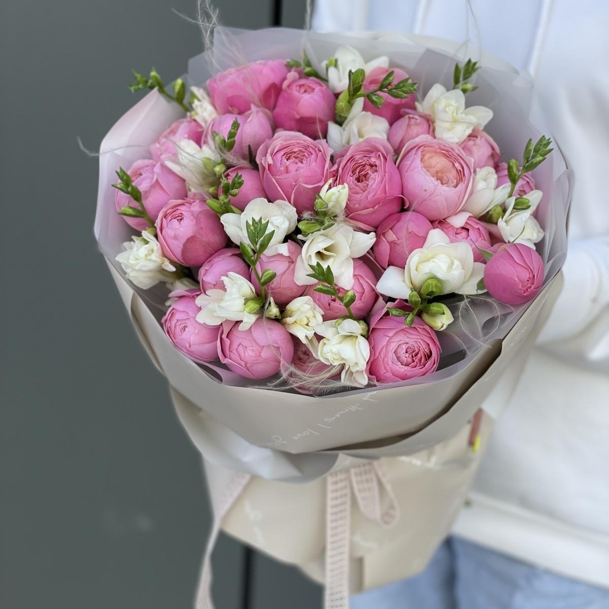 Букет Армани Макси из кустовых пионовидных роз и фрезии