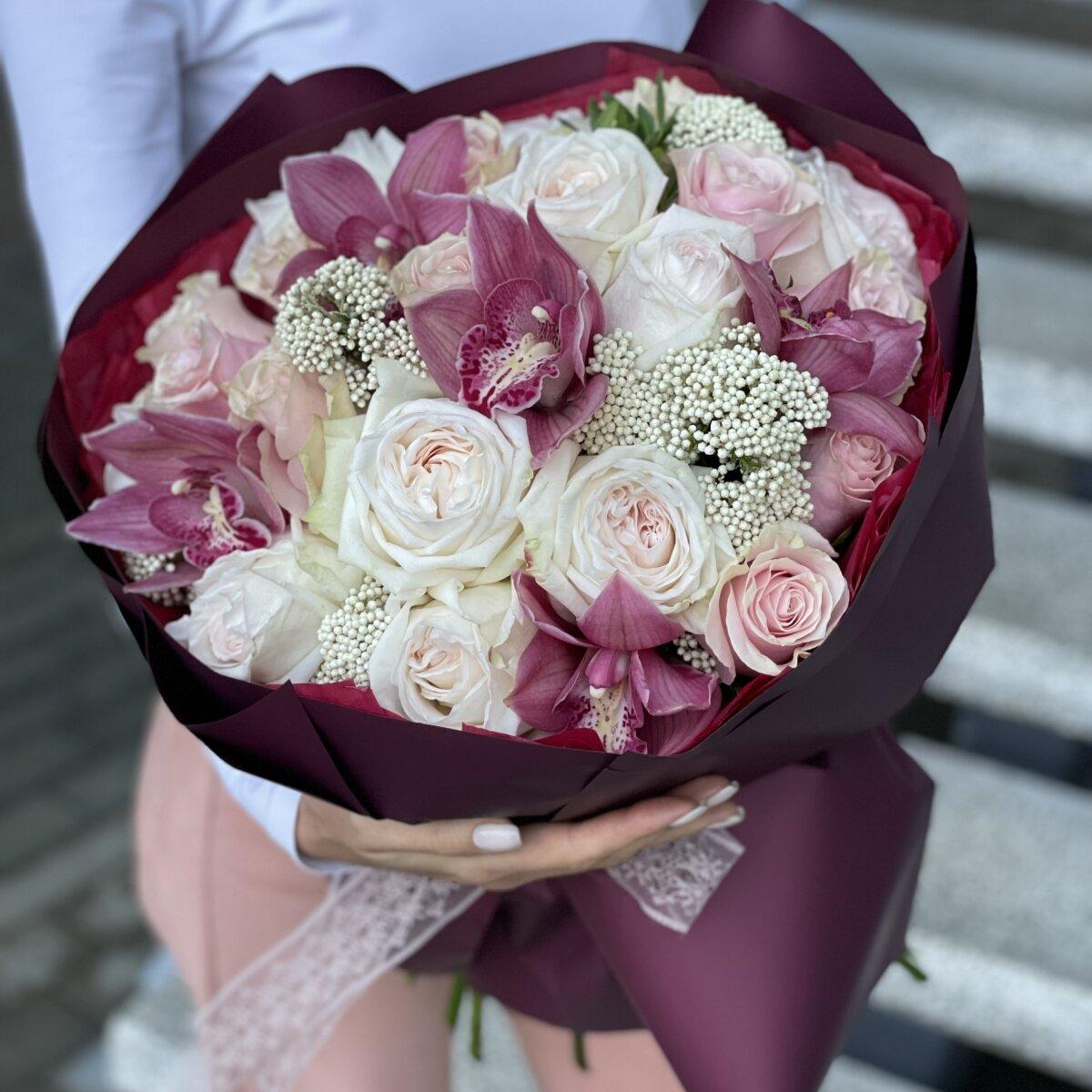 Букет Диадема из озотамнуса, цимбидиума и роз сорта Пинк Мондиал и Охара