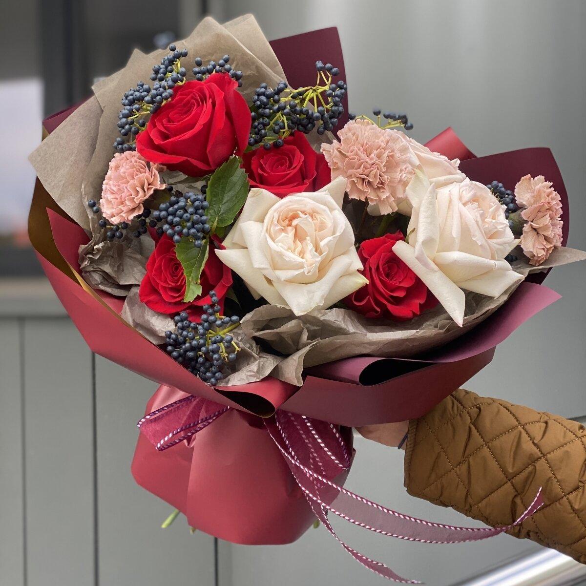 Букет Осенний поцелуй из вибурнума, роз и диантуса